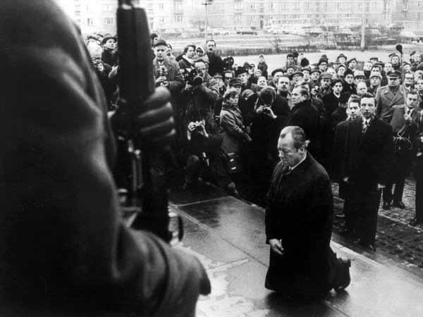 Der Kniefall von Willy Brandt in Warschau war ein sehr wichtiger. Der Kniefall von Merkel vor Erdogan in der Migrantenkrise und im Fall Böhmermann waren ein Totschlagsversuch an Deutschland. #Date:04.2016#