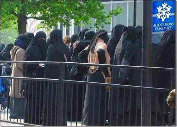 Dieses Bild zeigt weder das Casting für einen Ninja-Film, noch wurde es in einem arabischen Land aufgenommen. Vielmehr handelt es sich um eine Warteschlange vor dem Sozialamt in Paris. #Date:04.2016#