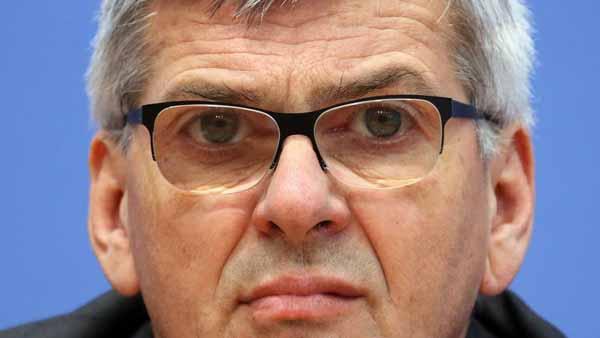 IG-Metall Chef Jörg Hofmann fordert Null-Toleranz mit rechten Hetzern und deren fristlose Entlassung aus dem Arbeitsverhältnis. Meinungsdiktatur der schlimmsten Art mit Berufsverbot.  #Date:04.2016#