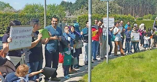 Traumatisierte, gerade noch dem Tod von der Schippe gesprungene Flüchtlinge demonstrieren vor der Unterkunft gegen schlechten Handyempfang, langsames Internet und fehlende Busverbindungen. #Date:05.2016#