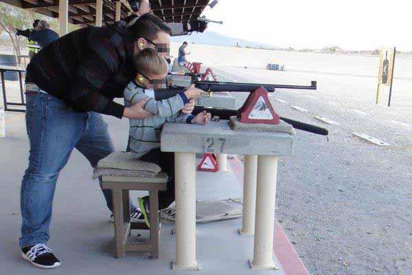 Hoffentlich keine Notwendigkeit in der Zukunft. Kinder am Gewehr. #Date:12.2015#