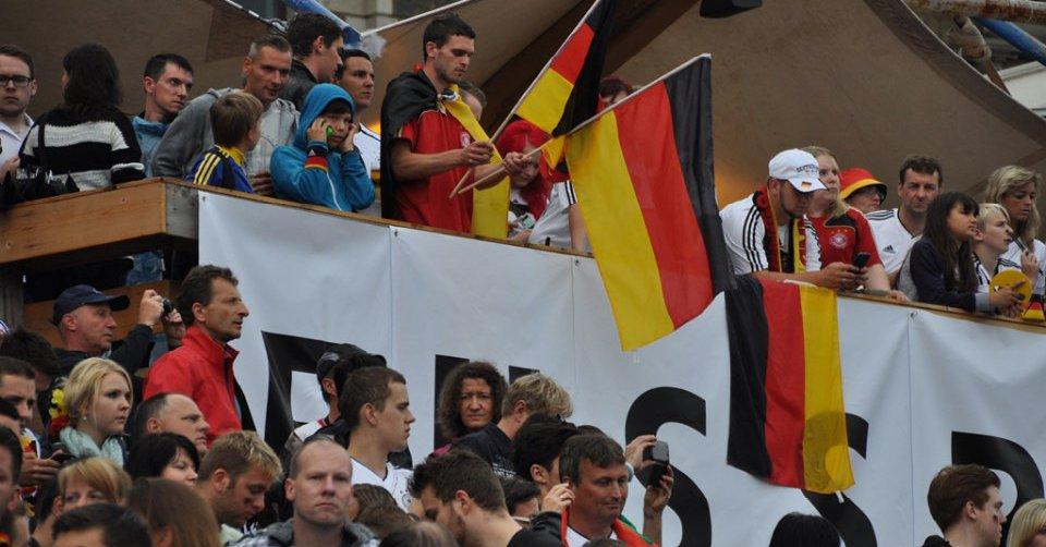 Auf linksextremer Website ruft die Antifa zum Raub von Fanartikeln anlässlich der Fussball-EM 2016 auf. Interessiert Justizminister Maas nicht. #Date:06.2016#