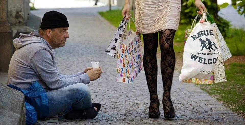 Ein Bild sagt mehr als tausend Worte. Deutscher Obdachloser und die hippe Lifestyle-Refugees-Welcome-Tussi #Date:06.2016#
