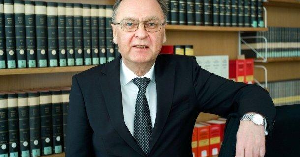 Hans-Jürgen Papier, ehemaliger Präsident des Bunderverfassungsgerichts und Verfassungsrechtler kritisiert das handeln der Merkel Bundesregierung als  >historisch bedeutsames Politkversagen<. #Date:06.2016#