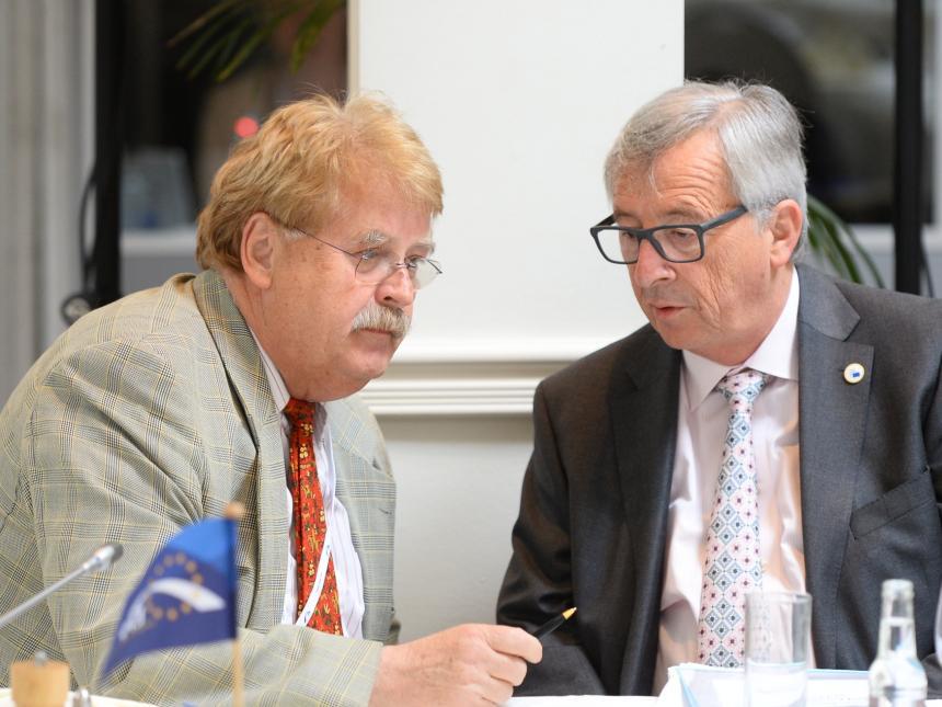 Bild zum Thema Der CDU-Politiker Elmar Brok (der Typ links im Bild) sitzt seit sage und schreibe 36! Jahren im EU-Parlament. Was wäre aus dem wohl sonst geworden? Eines hat er dort auf jeden Fall gelernt: eine dreiste Negierung jeglicher Demokratie.
