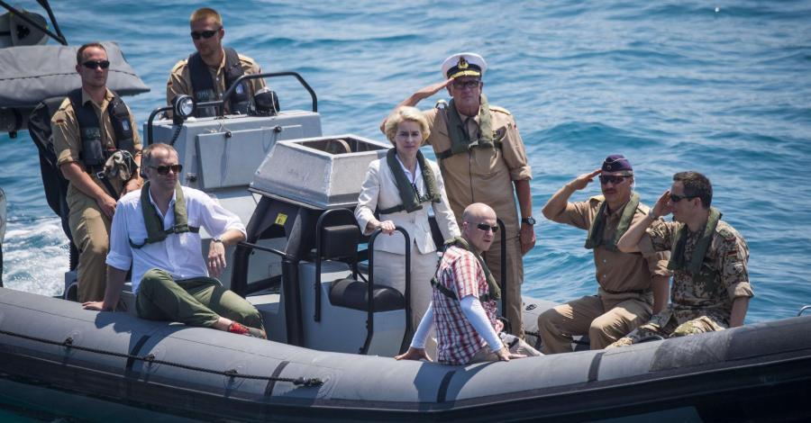 Bild zum Thema Bundesverteidigungsministerin von der Leyen CDU und ihre tapfere deutsche Marine haben zwar panische Angst vor ein paar somalischen Piraten in ihren kleinen Booten, aber größte Erfolge beim Schaufeln von sogenannten Flüchtlingen in die EU.