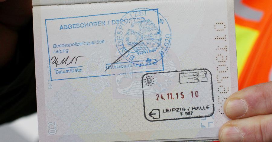 Abschiebung von 3 straffälligen Migranten #Krimigranten kostete 124.000 EUR. Geht's noch, ihr Spinner da oben? Merkel-Deutschland, Merkel muss weg. #Date:06.2016#