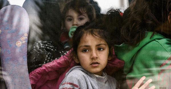 Fast 9000 minderjährige Flüchtlinge sind in Deutschland verschwunden. Die Polizei vermutet, dass diese von Kriminellen zu Trickdieben und Einbrechern abgerichtet werden. Danke, Merkel CDU #Date:07.2016#
