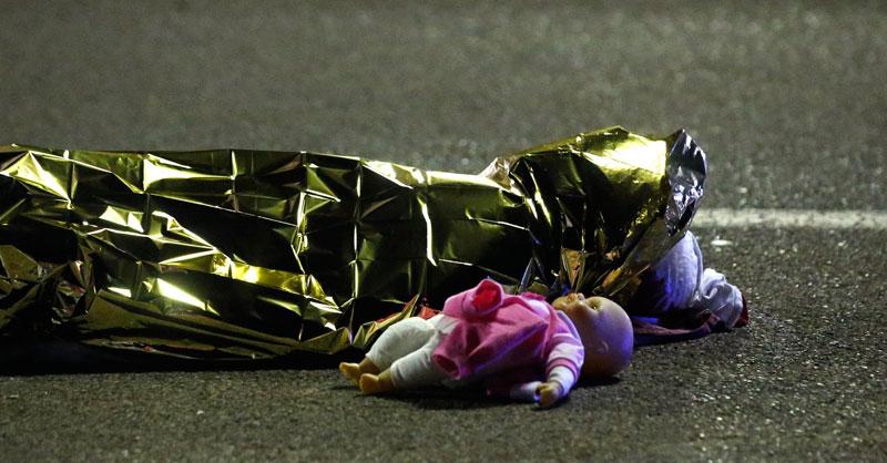 Bild zum Thema Zu den Opfern des islamistischen Terroranschlags in Nizza gehörten auch viele Kinder. Für Gut- und Buntmenschen kein Grund zu kritischen  Nachfragen, denn auch die Moslems trauern, was aber wegen Taqiyya (der Moslem darf lügen und betrügen und seinen Glauben verleugnen, wenn dies dem Islam in der Situation hilft) völlig unbeachtlich ist.