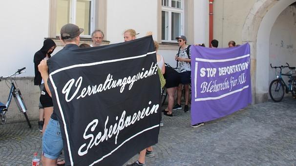 Bild zum Thema Die Unterstützergruppe der 45 abschiebepflichtigen in einem Pfarrhaus in Regensburg von der Kirche untergebrachten Personen sind echte Demokraten. Verwaltungsgericht ist Scheißverein. Stopp Deportation. Bleiberecht für alle.