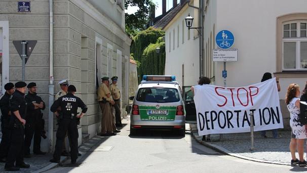 Bild zum Thema Kirchenasyl ist Schrott. Aber kein Kirchenasyl und dennoch keine Abschiebung ist Merkel-Deutschland. 45 Abschiebepflichtige in Pfarrhaus in Regensburg untergebracht ohne Kirchenasyl.