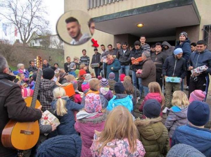Der spätere Axt-Djihadist, der im Regionalzug von Treuchtlingen nach Würzburg Fahrgäste mit der Axt schwer verletzte, wurde herzlichst empfangen, als er nach Ochsenfurt kam.  Klampfenspiel + Schreie in Todesangst, Jubelempfang + berstende Schädelknochen, Begrüßungsgläschen + Blutlachen. #WuerzburgAttack #Date:07.2016#