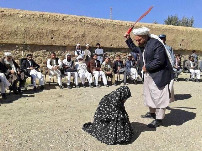 Bild zum Thema Scharia-Araber in bester Islam-Tradition bei der Arbeit. Und Spass macht das Zuschauen noch dazu, wenn man schon nicht selbst peitschen darf.