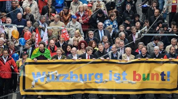 Bild zum Thema Nach dem Axtanschlag eines Afghanen in Würzburg, betreut von dilettantischen Hypermoralisten in Ochsenfurt, demonstriert die Gutmenschen-Elite in naiver Ideologiesierung ganz ungeniert in Würzburg für das brandgefährliche Sozialexperiment Massenmigration.