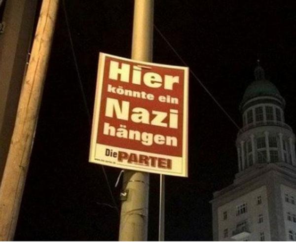 Bild zum Thema Die von einem Journalisten aus Spass gegründete aber dennoch gewählte Spasspartei DIE PARTEI hängt im Berliner Wahlkampf Plakate auf mit dem Text: Hier könnte ein Nazi hängen.