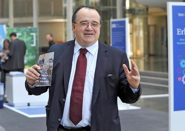 Bild zum Thema Der CDU-Bundestagsabgeordnete Matthias Zimmer droht Merkel-Kritikern mit Denunziation beim Arbeitgeber. Widerlichste Arschkriecherei und eine Schande für die Abgeordnetenstellung laut Grundgesetz.