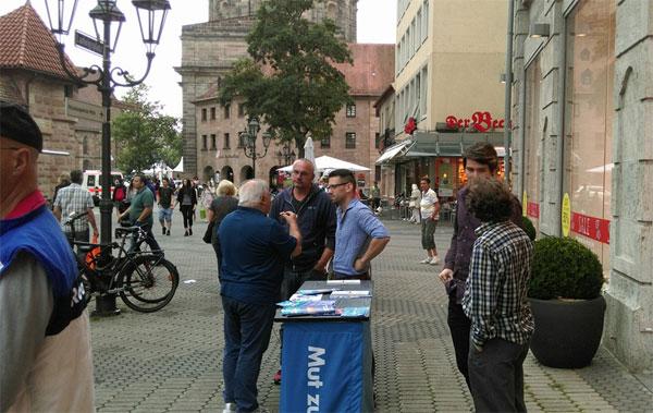 """Bild zum Thema Bundesinteressengemeinschaft """"Homosexuelle in der AfD"""" mit einem Info-Stand in Nürnberg."""