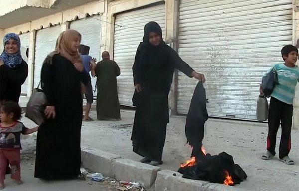 In der vom IS aufgegebenen Stadt Manbidsch in Syrien verbrennen Frauen ihre Gesichtsschleier, die sie ohne den mehr als zweifelhaften Bürgerkrieg durch die Rebellenarmee FSA nie hätten tragen müssen. In Deutschland kämpfen Bunte derweil gegen ein Vermummungsverbot in der Öffentlichkeit. Kriegsmüde Rebellen der FSA haben übrigens kein Problem auf Asyl in Deutschland.  Sollte man wissen. #Date:08.2016#
