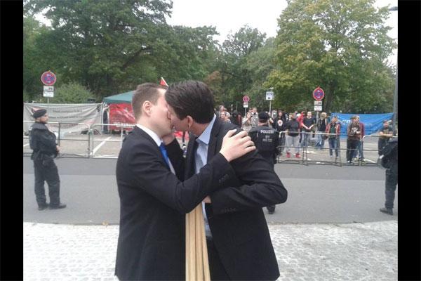 Bild zum Thema LOL. Da haben die Anifanten blöde geschaut, als sich zwei schwule Parteimitglieder der AfD vor den Antifanten küssten. LOL