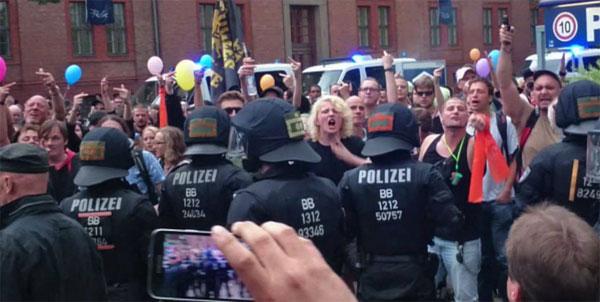 Bild zum Thema So lieben wir sie, die toleranzbesoffenen Linksbunten, die nur von Polizeispezialkräften im Zaum gehalten werden können.