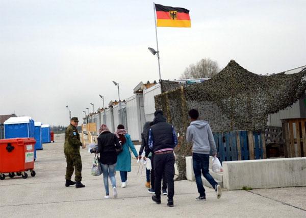 Bild zum Thema 188 Flüchtlinge aus Eritrea sind per Charterflug am Münchner Flughafen angekommen und in das Durchgangs-Camp in Erding gebracht worden. Auf diesem Weg will Deutschland etwa 27 000 Flüchtlinge aus Italien und Griechenland aufnehmen.
