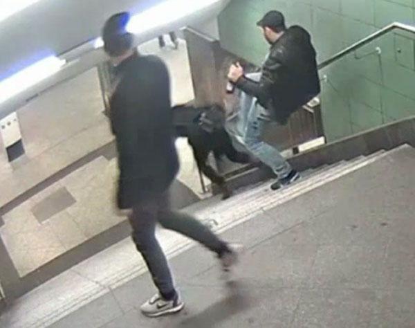 Bild zum Thema Der Treppentreter von Berlin. Sechs Wochen hielt die Staatsanwaltschaft diese Straftat geheim. Dann bekam die Öffentlichkeit doch Wind von der Sache. Die Polizei fordert härtere Strafen. Die AfD fordert die Anwendung des Erwachsenen-Strafrechts ab 18 Jahren.