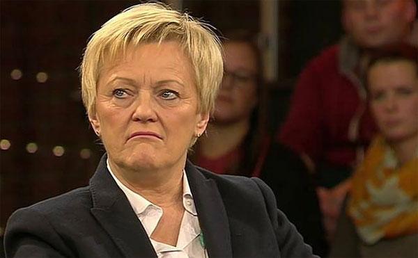 """GRÜNE-Künast zu SPD-Gabriel: Pack geht gar nicht. Im ZDF sprach sich die GRÜNE Renate Künast klar gegen die SPD-Sprachregelung aus, dass Andersdenkende als Pack bezeichnet werden können. Bei """"Lanz"""" ging es um den Mord in Freiburg an einer 19-Jährigen durch einen 17-jährigen Afghanen. Der Chefredakteur der örtlichen Tageszeitung gab zu, dass es auch in Freiburg Gebiete gibt, wo er seine Töchter nicht alleine hinlassen würde. Das übliche Herunterspielen der Angelegenheit wurde natürlich auch eingebracht: gerade die UMAs (unbegleitete minderjährige Asylbewerber) hätten traumatische Erfahrungen gemacht und das führe (jetzt in Sicherheit !!!) eben zu solchen Vorfällen. Auch die Unterbringung in Asylheimen sei für die Traumatisierten ungünstig. Noch einmal für alle, und besonders für die Zensoren von Facebook, zur Kenntnis: Der Bürgerkrieg in Syrien ist ein innerislamischer Glaubenskrieg. Es geht nicht um: Volk gegen Tyrannen. Es geht um Schiiten gegen Sunniten. Die zu uns kommenden Flüchtlinge stammen zum ganz überwiegenden Teil aus den Rebellenregionen in Syrien. Es gibt keinerlei Grund für eine Opferrolle der zu uns kommenden Flüchtlinge, wie uns das die Unterstützung der Rebellen durch die USA vermitteln will.  #Date:12.2016#"""
