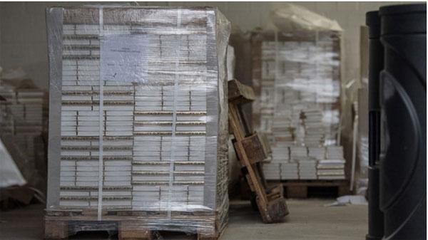 Bild zum Thema Kein Scherz - deutsche Behörden denken über Koran-Bestattung in Wüste nach  In Nordrhein-Westfalen wurden im Rahmen einer Razzia 22.000 Exemplare des Koran beschlagnahmt. Die Exemplare sind deutsche Übersetzungen mit salafistischer Auslegung.   Eine Weiterverwendung kommt daher nicht in Betracht. Aus Rücksicht auf die Muslime schrecken die Behörden jedoch vor einem Schreddern der Bücher zurück. Schönes neues Merkel-Deutschland.  Dass der Umgang mit dieser Frage höchstgefährlich sein kann, zeigt die Geschichte von Farkhunda, die in Kabul (Afghanistan) einen Koran verbrannt haben soll. https://goo.gl/hOoWB5  Natürlich gibt es auch Aussagen von den inzwischen zahlreichen in Deuschland offensichtlich unabdingbaren Islamwissenschaftlern. Hören Sie sich mal das an, was die Islamwissenschaftlerin Kadriye Acar zum Thema zu sagen hat.: https://goo.gl/CTpn5J   So ganz langsam sollte selbst den letzten bunten Traumtänzer klar werden, wer und was sich in Deutschland zur Leitkultur entwickelt.