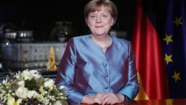 """Kanzlerdarstellerin Merkel schwimmt auf postfaktischer Welle Angela Merkel, Große Vorsitzende des Große-Koalition-Regimes, darf im öffentlich-rechtlichen Rundfunk wieder einmal ihre selbst zusammengezimmerten postfaktischen Storys zum Besten geben. Wieder bringt sie es ohne die geringste Scham fertig, auszublenden, dass Sie mit Ihrer toxischen Flüchtlingspolitik Grund und Ursache dafür ist, was wir an Geld, Freiheit und Sicherheit dafür als Preis bezahlen müssen. Wir hoffen inbrünstig, dass dies das letzte Mal ist, dass diese Dame, die nicht einmal mehr die Worte """"Deutsch, Deutsche, Deutschland"""" über die Lippen bringt, uns dieses Jahr das allerletzte Mal zugemutet wird. #Date:12.2016#"""
