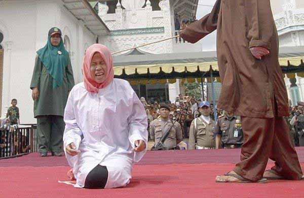 Islam-Scharia-Auspeitschung-Frau 1/3 #Date:12.2015#