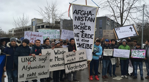 Refugee-Helferkreise führen Krieg gegen die deutsche Gesellschaft Als Bundesinnenminister Thomas de Maiziere am Donnerstag in Poing, einem 13.000 Seelen Kaff im Landkreis Ebersberg/Bayern eintrifft, wird er von einem lautstarken Mob aus Asylforderern begrüsst, dessen Teilnehmer ihre Abschiebung nach Afghanistan verhindern wollen. Wie immer, und wie auch leicht an den mitgeführten Transparenten zu erkennen, werden diese Refugee-Mobs von deutschen Unterstützer- und Helferkreisen angestiftet, die damit ihren Bedarf an gesellschaftsfeindlicher Aktivität und ihre surrealen linksbuntversifften Gutmensch-Ideologievorstellungen befriedigen. In Afghanistan leben 30 Millionen Menschen. NATO und Bundeswehr sind dort seit Jahren im Einsatz. Deutsche und internationale Soldaten sorgen sich dort um Sicherheit und Entwicklung Afghanistans. Kann man nicht verlangen, dass diese Asylforderer selbst mit Hand anlegen, um ihr Land sicher zu machen? An diesem Tag macht de Maiziere - natürlich mit den üblichen Abschwächungen und halbseidenen Parolen - klar, dass der Refugee-Mob sein Maul in Afghanistan aufreissen und dort für Verbesserungen sorgen soll. Ja und ja und ja!!! #Date:#