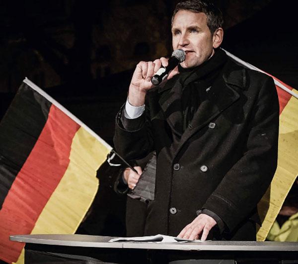 """Bild zum Thema Wer was weiß, kann mitreden- Höcke-Bashing Schande  Björn Höcke, richtigerweise im rechten Flügel der AfD verortet, hat bei einer Veranstaltung in Dresden eine von der Hofberichterstater-Mainstream-Presse als 'umstritten' etikettierte Äußerung getan:   """"Wir Deutschen sind das einzige Volk der Welt, das sich ein Denkmal der Schande in das Herz seiner Hauptstadt gepflanzt hat.""""  Ein gefundenes Fressen für die Wort-im-Mund-Verdreher von der SPD und LINKEN, die hier meinungsführend für die Konsensparteien eine kesse Lippe in der Öffentlichkeit riskieren.  Doch der Reihe nach.  Klar ist, was im Grundsatzprogramm 7.4 S.2 steht:  +++ Die aktuelle Verengung der deutschen  Erinnerungskultur auf die Zeit des Nationalsozialismus ist  zugunsten einer erweiterten Geschichtsbetrachtung aufzu- brechen, die auch die positiven, identitätsstiftenden Aspekte  deutscher Geschichte mit umfasst. +++  Es gibt keine Geschichtsklitterung und keinen Geschichtsrevisionismus bei der AfD. Die Zeit des Nationalsozialismus wird in der AfD nicht anders wahrgenommen, als in den anderen Parteien und der Gesellschaft auch. Die AfD besteht lediglich darauf, dass Deutschland auch von Deutschen zukünftig nicht mehr primär als Ehemals-Nazi-Deutschland, sondern primär als Deutschland wahrgenommen wird.  Soviel also zum parteipolitischen Hintergrund der Höcke-Aussage, die unter diesem Aspekt zu betrachten ist.  Die Großkotze von der SPD, in persona der Pack-Fuckfinger-Nazi-Gesellschaftspädogoge Sigmar Gabriel, spielen sich sofort wieder zum Gipfelkreuz der moralischen Kompetenz in Deutschland auf, und schießen aus allen Rohren. Schwamm drüber.  Der Vorsitzende des Zentralrats der Juden in Deutschland, der Würzburger Arzt Josef Schuster, übt sich - ja genau, Herr Schuster nach 70 in Worten (siebzig) Jahren - in fortgesetzter Schnappatmung und spricht von Antisemtismus in der AfD. Hierzu muss man wissen, dass Schuster und dem Zentralrat die AfD schon deshalb ein gewaltiger Dorn im Auge ist, we"""