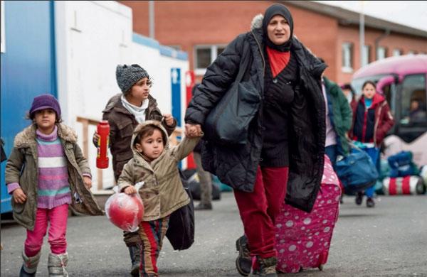 Bild zum Thema Familiennachzug steigt um 50%   Der Familiennachzug ist nach Zahlen aus dem Auswärtigen Amt um 50% im vergangenen Jahr gegenüber 2015 gestiegen.   Den größten Anteil daran haben die Syrer und Iraker.   Geht man davon aus, dass im Rahmen einer systemerhaltenden Maßnahme die Visa-Erteilungen vor den Bundestags-Wahlen eher zögerlich bearbeitet und erteilt werden, kann man sich vorstellen, welche Masse an Personen noch in Wartestellung sich befindet.   http://www.tagesspiegel.de/politik/asyl-in-deutschland-familiennachzug-um-50-prozent-gestiegen/19273094.html