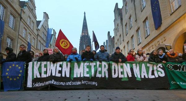 Bild zum Thema Demo gegen AfD-Neujahrsempfang in Münster  Ok, Münster liegt in NRW und damit ist auch schon klar, mit was wir  es zu tun haben.  Natürlich verliefen die Proteste wegen eines lumpigen Neujahrsempfang der Polizei zufolge friedlich. Das bedeutet aber lediglich, dass sich die Copsen nicht mit den Demonstranten prügeln mussten. Dabei werden in der Regel die aus der Versammlung heraus begangenen Straftaten geflissentlich so weit wie möglich übersehen.   Dies ist Polizeitaktik auf dem Rücken von Demokraten, die sich als Nazis beleidigen, demütigen und verleumden lassen müssen und noch wesentlich Schlimmeres.   +++ Bereits vor Veranstaltungsbeginn hatten sich etwa 6000 Demonstranten auf dem Prinzipalmarkt versammelt. Diese Zahl stieg jedoch laut Polizei schnell. Über mehrere Stunden hätten letztlich 8000 Menschen ihr Zeichen gegen Rechts gesetzt. Buhrufe, Pfiffe, 'Nazis raus'-Gesänge in extremer Lautstärke erfüllten die gesamte Innenstadt, wie unsere Reporterin vor Ort berichtete. Die Rockband 'Donots' spielte auf der Bühne am Prinzipalmarkt ein lautstarkes Gratiskonzert.  Das veranstaltende Bündnis gegen Nazis beendete die Versammlung laut Polizei um 21:20 Uhr offiziell.  Lediglich einen Zwischenfall führt die Polizei in ihrem Bericht auf: Ein Zeuge habe einen 17-Jährigen beobachtet, der sich vermummt haben soll, um anschließend eine selbstgebaute Rakete abzufeuern. Die Beamten hätten bei dem Jugendlichen aus dem Kreis Coesfeld neun Feuerwerkskörper gefunden, davon fünf selbst gebaut. Zudem habe er ein verbotenes Butterfly-Messer bei sich gehabt. Ihn erwarte nun ein Strafverfahren. +++  http://www.rp-online.de/nrw/panorama/muenster-proteste-gegen-afd-verlaufen-friedlich-aid-1.6599942  Wer einmal hautnah erfahren möchte, wie Demokratie in Deutschland aussieht, kann dies gerne mal beim Besuch einer öffentlichen AfD-Veranstaltung mit Gegendemo erleben.   Alles sehr seltsam in diesem Merkel-Land. :v  (Und schafft endlich die Parteibuch-Karrieren bei der Polizei