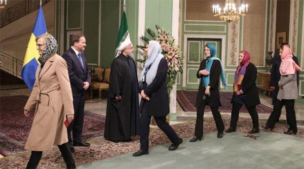 Schweden-Regierung abgefuckt Mutige Frauen im Iran lassen sich die Haare abrasieren, damit sie kein Kopftuch tragen müssen. Dieser Protest kann sehr schnell, sehr blutig enden. Die Feministinnen-Garde in der schwedischen Ministerriege sieht das weniger eng. Mit Kopftuch und selbstverständlich ohne Händedruck für die schmutzigen Wesen (Frauen) defilieren sich an den Moslem-Mullahs vorbei. Man reiche mir meinen Kotzeimer. Danke. #Date:02.2017#