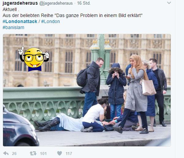 Ein Bild sagt alles Während sich Passanten um eine verletzte Person des jüngsten islamischen Terroranschlags von London kümmern, setzt eine bereichernde Muslima andere Prioritäten. #LondonAttack #StopIslam #Date:#