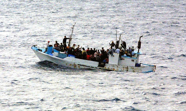 Marine und NGO sind die Helfershelfer der Schleuser  Eigentlich ein altes Lied:  Die Schleuser in Libyen einerseits und Marine und Nicht-Regierungs-Organisationen (NGO) andererseits sind ein eingespieltes Team und damit Kumpane.  Die Schleuser verfrachten die Flüchtlinge in Schlauchboote oder sonstige Wasserfahrzeuge und setzen gleichzeitig einen Seenotruf ab.   Das ist das Zeichen für die vor der Küste Libyens kreuzenden Weltretter. Die Flüchtlinge werden aus