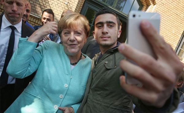 Bild zum Thema Merkels Selfie-Syrer verzichtet auf Prozess gegen Facebook  Der Mimimi-Selfie-Syrer Anas Modamani hat es zusammen mit seinem (von wem auch immer finanzierten) Anwalt Chan-jo Jun aus Würzburg aufgegeben, weiter gegen Facebook vorzugehen, nachdem bereits der Antrag auf Erlass einer Einstweiligen Anordnung gescheitert war. :v  https://de.nachrichten.yahoo.com/gegen-facebook-unterlegener-fl%C3%BCchtling-verzichtet-rechtsmittel-101900199.html  #modamani  #ChanJoJun  #SelfieSyrer  #merkel #MerkelMussWeg
