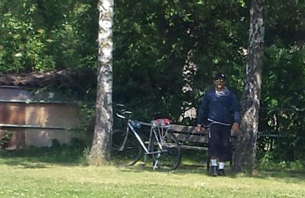 Bild zum Thema Uffenheim: Kindfrau-Späher vor Mittelschule aktiv  Vor der Mittelschule in Uffenheim hat eine Type Schülerinnen fotografiert. Und das mehrere Tage hintereinander. Jeweils nach Schulschluss.  Einige 13- und 14-jährige Schülerinnen baten daraufhin einen Klassenkameraden, den Mann ebenfalls zu fotografieren. Dieser näherte sich dem Buben in drohender Weise, als er das Fotografieren bemerkte. Der Junge flüchtete sich daraufhin in den Schulbus.  Die Mutter einer Schülerin wandte sich umgehend an die Polizei und stellte dieser das Bild des Typen zu Verfügung. Daraufhin wurden verstärkt Polizeifahrzeuge vor der Schule gesichtet.  Ob die Schule selbst etwas unternommen hat, ist hier nicht bekannt. Bislang ist der Jungfrauen-Späher nicht mehr aufgetaucht. Eigentlich hätte er kriminalistisch leicht anhand seines Rennrades identifiziert werden können. Man weiß ja, wo die Herrschaften untergebracht sind.  Kerle, wie der vor der Mittelschule in Uffenheim, fotografieren Mädchen im islamisch heiratsfähigen Alter und laden die Bilder im Internet hoch. Dabei geht es nicht um Nacktheit etc., sondern um vermutete Jungfrauen im Alter ab ca. 9 Jahren, die nach islamischer Kultur als heiratsfähig angesehen werden. Das macht die Typen geil.  Diesem Kulturbereicherungs-Trend verdanken wir übrigens die verschärften Regeln über die Handynutzung oder gar Handyverbote in den Freibädern.  Ach Merkel, was wären wir ohne Sie. :v  #uffenheim  #mittelschule  #jungfrauen_späher  #islam  #moslems  #kindfrauen  #kindehen  #scharia  #handyverbot #kindfrau_späher #kulturbereicherer