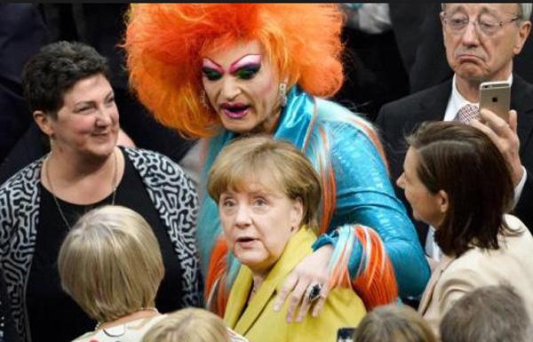 Bild zum Thema Kanzlerdarstellerin Merkel im festen Griff von Dragqueen Olivia Jones bei der Bundespräsidentenwahl. Manche tun alles für die Machterhaltung.
