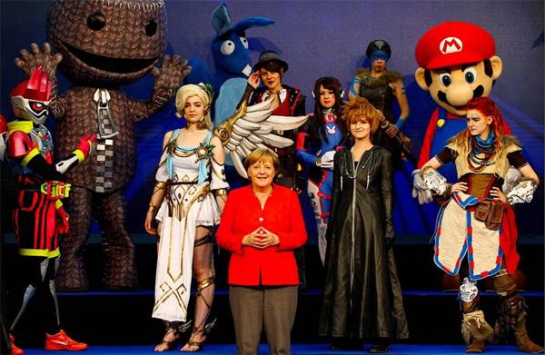 """Merkel bei der Gamescom: Machtgeilheit ohne Grenzen  Zufällig zum ersten Mal (achja, Wahlen) eröffnete Kanzlerdarstellerin Merkel die Gamescom in Köln. [1]  Lustig und traurig zugleich, wenn man bedenkt, dass für Merkel sogar das Internet vor nicht allzulanger Zeit noch """"Neuland"""" war. [2]  Sicher ein gelungener Wahlkampf-PR-Gag, der aber nicht über die Einfältigkeit von Merkel hinweg täuschen sollte.   Und natürlich wurde sogleich wieder mit Steuergeldern um sich geworfen und dicke Versprechungen gemacht.   Aber irgendwie scheint Merkel ganz gut in diese skurrile Ansammlung von Gestalten zu passen. :v  [1] http://www.faz.net/aktuell/wirtschaft/angela-merkel-stellt-foerderung-fuer-spieleentwickler-in-aussicht-15163094.html  [2] http://www.tagesspiegel.de/politik/die-kanzlerin-und-das-internet-merkels-neuland-wird-zur-lachnummer-im-netz/8375974.html  #merkel  #gamescom  #cdu  #csu  #regierung #neuland  #btw17  #skurril #machtgeilheit #entblödung #Date:08.2017#"""