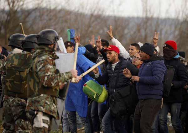 Versuchter gewaltsamer  Grenzübertritt von Refugees. Schusswaffeneinsatz für Beamte oder Soldaten lt. Gutmensch-Doktrin auch in Notwehr nicht erlaubt. #Date:12.2015#