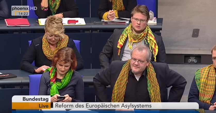 """>> Bundestag: Linke Stalinorgel mit Palästinensertuch bei Aussprache zum Familiennachzug  Die Fraktion von DIE LINKE im Bundestag schmückte ihre Abgeordneten mit bunten Palästinensertüchern, um ihre unkündbare Unterwerfung unter das Multi-Kulti-Diktat zu demonstrieren.  Ansonsten alles beim Alten bei den Linken. Alle dürfen rein, keiner muss raus, Pachtvertrag auf """"Menschenrechte"""" läuft weiter.  #bundestag  #linke  #fraktion  #familiennachzug  #palästinenser  #multikulti  #stalinorgel #Date:02.2018#"""