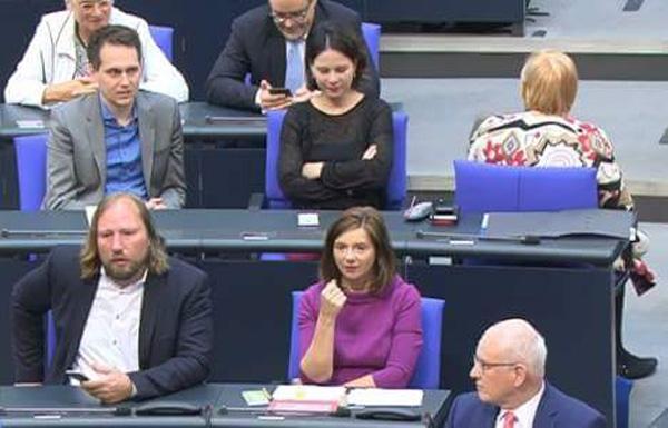 >> Bundestag > Generaldebatte: Claudia Roth und die Rede von Alice Weidel  Während der Rede der Oppositions-Führerin Alice Weidel, AfD, zeigte die Bundestagsvizepräsidentin und Grünen-Abgeordnete Claudia Roth durch demonstratives Umdrehen, dass grüne Ideologen eines NICHT und NIEMALS verkraften und verarbeiten können: Angriffe auf ihre ideologischen Utopien durch die Realität.  #bundestag  #generaldebatte  #grüne  #afd  #weidel #Date:05.2018#