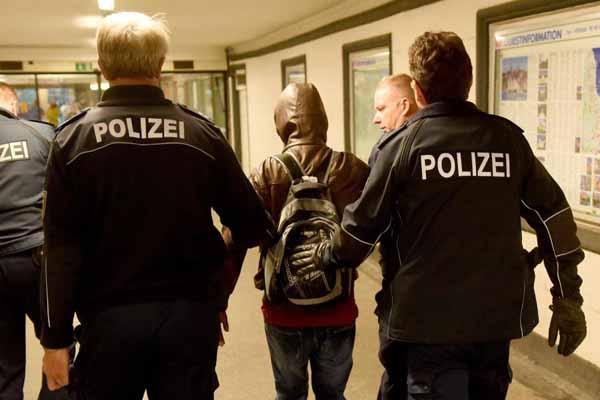 Hessens Polizei verzichtet auf die Mitteilung von Asylanten-Straftaten, weil angeblich kein öffentliches Interesse besteht. Skandal. #Date:12.2015#