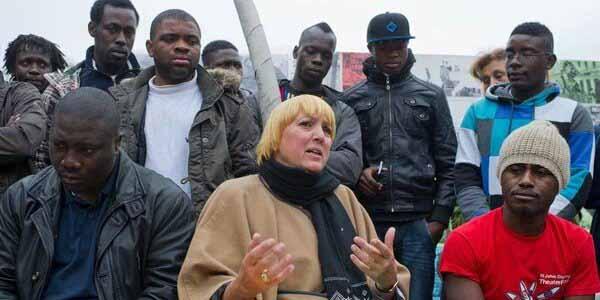 Claudia Roth (Grüne) im Kreise ihrer Fans. Wer von den Personen auf dem Bild hat eine Berufsausbildung? Antwort: keine/keiner. #Date:12.2015#