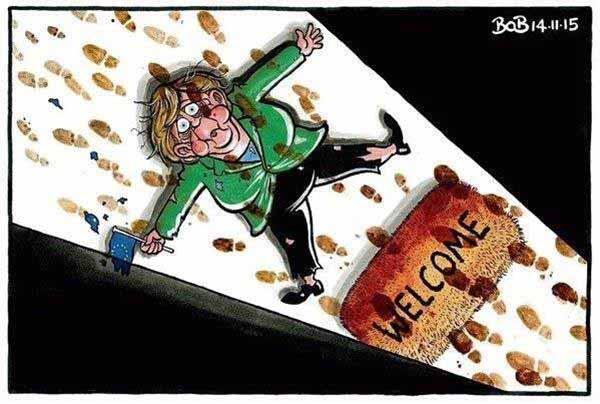 Merkel auf dem Rücken liegend, daneben Welcome-Schild. Über ihr unzählige Fußspuren ihrer Refugee-Gäste. Wir schaffen das nicht. #Date:01.2016#