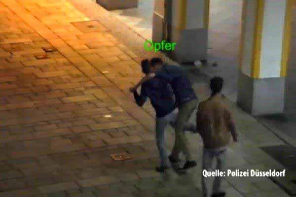 Arabische Antänzer in Aktion. Ziel der Übung ist dreister  Diebstahl.auf Deuschlands Straßen #Date:03.2016#