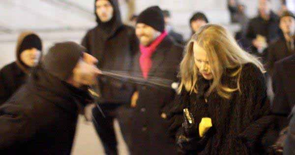 Arabischer Kulturbereicherer bespuckt blonde Frau in Europa. #Date:#