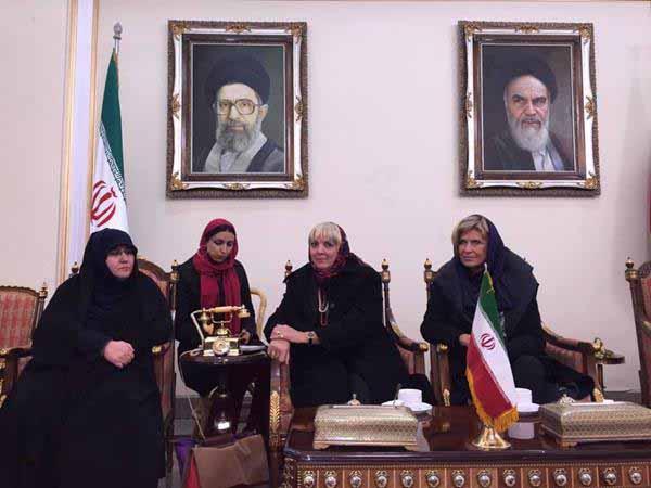 Claudia Roth von den Grünen zu Besuch bei ihren Freunden mit Kopftuch und Khomeini-Porträt an der Wand #Date:12.2015#